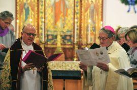 L'évêque épiscopalien et Mgr Thomas en la cathédrale épiscopalienne.  Source: Independent Record