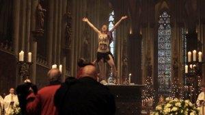 Attaque d'une activiste de FEMEN Source: Der Spiegel
