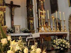 «L'arrangement bénédictin», de Benoît XVI; un autel versus populum avec les six chandelles de la messe solennelle latine et un crucifix