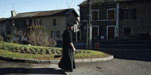 Un prêtre de la communauté Saint-Martin en soutane Source: Le Monde