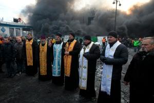 Des prêtres ukrainiens catholiques et orthodoxes  priant ensemble