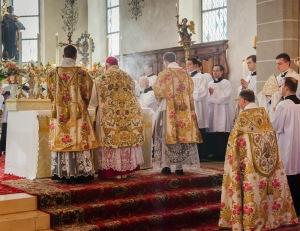Mgr Haas célébrant la sainte messe