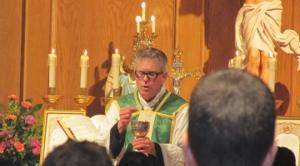 M. l'abbé Paul Sumler célébrant la messe traditionnelle