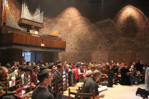 Les fidèles assemblés dans la chapelle Source: NLM