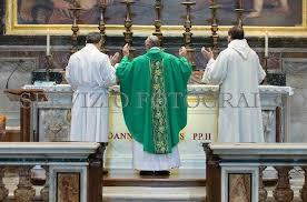S.S. François célébrant la nouvelle messe ad orientem
