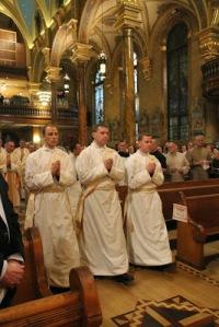 Les trois ordinands lors de la procession d'entrée