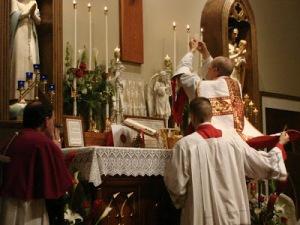 M. l'abbé Paul Parkerson célébrant la Sainte Messe