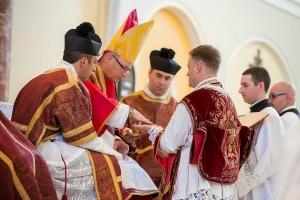 Ordination de prêtres dédiés à la messe traditionnelle par Mgr Conley, le 14 juin 2014.