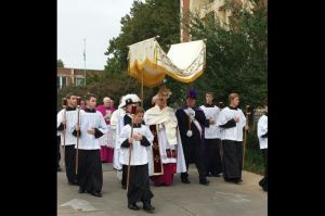 Mgr Paul Coakley, archevêque d'Oklahoma City, en procession eucharistique