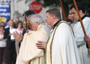 Mgr Edward Slattery, évêque de Tulsa, en procession eucharistique