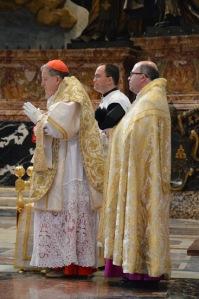 Mgr Ferrer Grenesche (à droite sur la photo), aux côtés du cardinal Burke lors du pèlerinage du peuple Summorum Pontificum à Rome, le 25 octobre dernier.