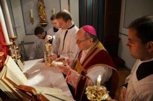 Mgr Huonder célébrant la messe Source: FSSP Wigratzbad